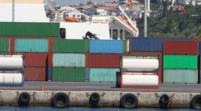 Behälter in einem Hafen Stockbilder