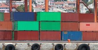 Behälter in einem Hafen Lizenzfreie Stockfotos