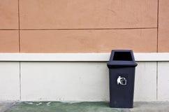 Behälter und Wand. Stockfoto