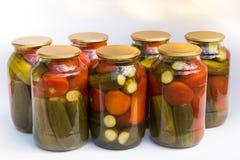 Behoud van een bank van tomaten en komkommers stock afbeelding