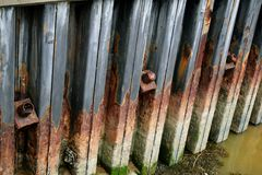 Behoudende muur die ankerhoofden tonen stock foto