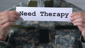 Behovsterapi som är skriftlig på papper i händer av soldaten, PTSD-behandling, closeup lager videofilmer
