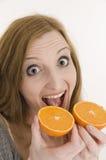 Beißen Sie in die Orangen Stockbild