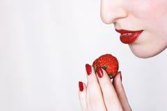 Beißen Sie eine Erdbeere Lizenzfreie Stockbilder