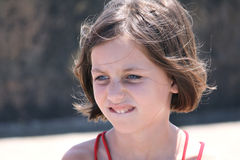 Beißende Lippe des nachdenklichen Kindes stockfotos