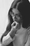 Beißende Nägel des traurigen Mädchens Lizenzfreies Stockfoto