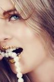 Beißende Perlen der Frau Stockbilder