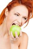 Beißender grüner Apfel der Frau Lizenzfreie Stockfotos