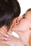 Beißendes Ohr des jungen Mannes der jungen Frau. Lizenzfreies Stockbild