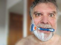 Beißendes Rasiermesser des Mannes Stockfoto