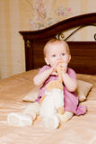 Beißendes Spielzeughasenohr des kleinen Mädchens Lizenzfreie Stockfotografie