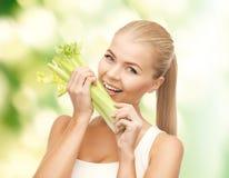 Beißendes Stück der Frau Sellerie oder grüner Salat Lizenzfreies Stockfoto