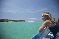 Bei acqua, cielo blu, oceano ed isola verdi Immagine Stock Libera da Diritti