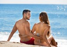 Bei amanti felici che prendono il sole Fotografie Stock