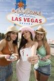 Bei amici femminili con il casinò Chips And Playing Cards Immagini Stock Libere da Diritti