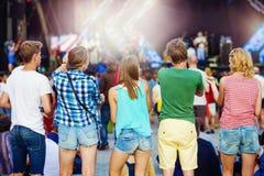 Bei anni dell'adolescenza al festival di estate Immagini Stock Libere da Diritti