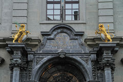 Bei arco e statua sopra il portone della costruzione fotografie stock libere da diritti