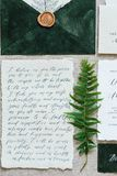 Bei attributi di nozze di calligrafia nei colori pastelli Invito, busta fotografia stock libera da diritti