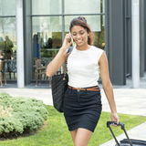 Bei bagagli del wiyh della donna di affari che parlano dal telefono. Immagini Stock