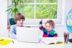 Bei bambini con un computer portatile Immagine Stock