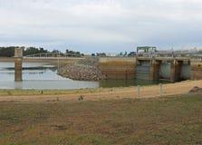 Bei Baringhup in Victoria Steinhaufen Curran Reservoirs ist Aufnahmenturm, Brücke und Hauptspeicherabflusskanal Lizenzfreie Stockbilder