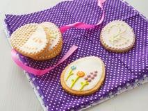 Bei biscotti sotto forma dell'uovo di Pasqua Biscotti di zucchero di Pasqua con l'ornamento floreale Immagine Stock