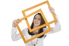 Bei blocchi per grafici della holding della giovane donna davanti al fronte Fotografia Stock
