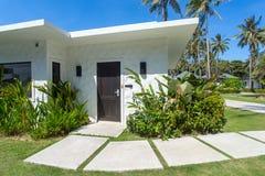 Bei bungalow tropicali della località di soggiorno fotografia stock libera da diritti