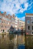 Bei canali di Amsterdam con le case tipiche Immagini Stock Libere da Diritti