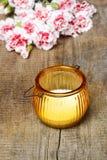 Bei candela e mazzo arancio dei garofani rossi e bianchi Fotografia Stock Libera da Diritti