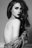 Bei capelli lunghi su una donna attraente Stile di modo con trucco di fascino Retro sguardo sexy fotografia stock libera da diritti