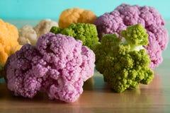 Bei cavolfiori colorati nella cucina: romanesco verde fotografia stock libera da diritti