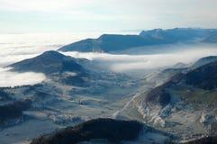 Bei cieli e nubi delle montagne Fotografia Stock