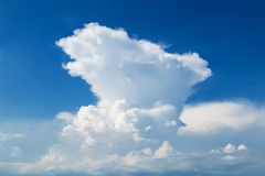 Bei cielo blu e nuvola Immagini Stock Libere da Diritti