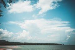 Bei cielo blu e nuvoloso sopra il mare Parte posteriore della natura di serenità immagini stock libere da diritti