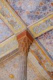 Bei colonna e soffitto di Chehel persiano antico Sotoun Ispahan, Iran fotografia stock libera da diritti