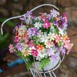 Bei colori dei fiori di plastica sul fondo della natura Immagine Stock Libera da Diritti
