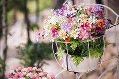 Bei colori dei fiori di plastica sul fondo della natura Fotografie Stock