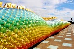Bei colori dell'arcobaleno della narcosi da azoto o del Naga di Praya in tempio tailandese con effetto variopinto del chiarore de Fotografia Stock