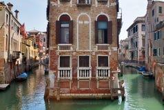 Bei colpi di turismo di Venezia in Italia che mostra i canali delle costruzioni e vecchia architettura veneziana fotografie stock