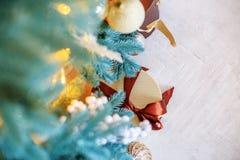 Bei contenitore di regali ed albero di Natale Nuovo anno e Natale c Immagine Stock Libera da Diritti