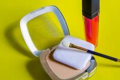 Bei cosmetici decorativi su un fondo giallo fotografia stock libera da diritti