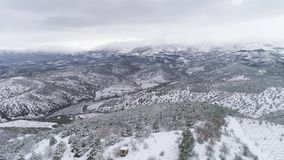 Bei creste e picchi innevati della montagna con una valle nevosa e foresty colpo Vista superiore di bello nevoso video d archivio