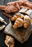 Bei croissant saporiti con crema Fotografie Stock