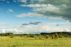Bei cumuli sopra i prati e campi nella valle Immagine Stock Libera da Diritti