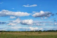 Bei cumuli sopra i prati e campi nella valle Fotografia Stock Libera da Diritti