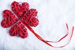 Bei cuori d'annata romantici su un fondo gelido bianco di inverno della neve Amore e concetto di giorno di biglietti di S. Valent Fotografie Stock