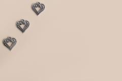 Bei cuori d'argento d'annata di amore del metallo per le nozze o i biglietti di S. Valentino Fotografia Stock