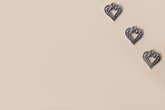 Bei cuori d'argento d'annata di amore del metallo per le nozze o i biglietti di S. Valentino Fotografia Stock Libera da Diritti