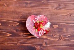Bei cuori del biglietto di S. Valentino sul bordo con spazio per testo Immagine Stock